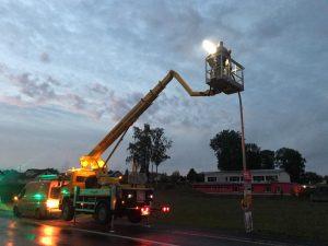 Straßenlampe droht zu fallen