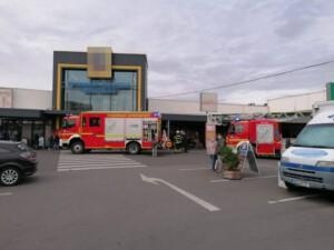 Brennender Mülleimer in Supermarkt